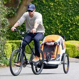 Chris Hemsworth macht mit seiner Tochter India eine kleine Fahrradtour durch Malibu.