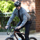Ganz vorbildlich fährt Hugh Jackman mit Fahrradhelm durch Manhattan.