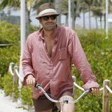 Billy Zane ganz lässig mit Strohhut am Strand von Florida