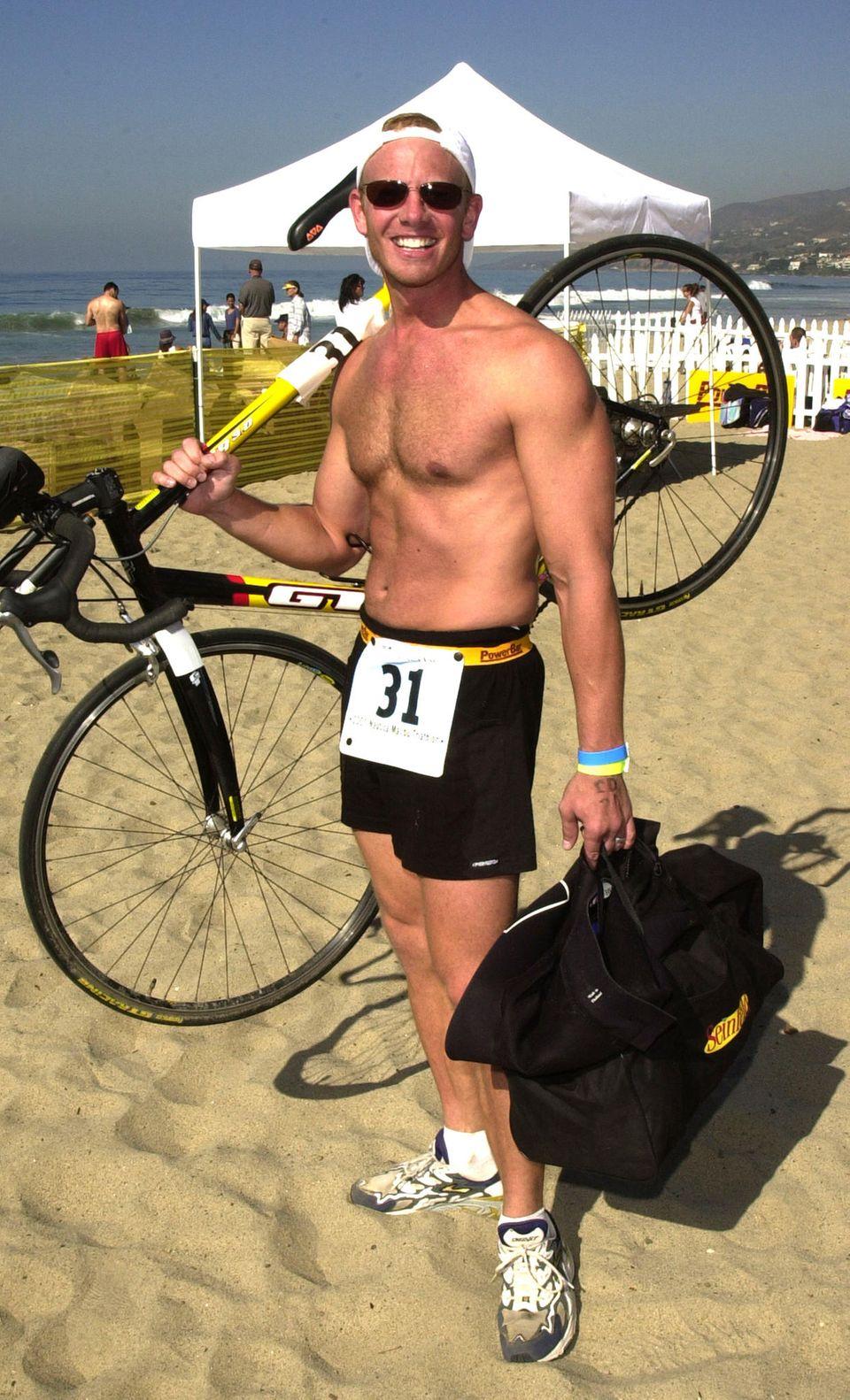 Wenn man so durchtrainiert ist wie Ian Ziering, kann man sein Rad auch auf der Schulter tragen
