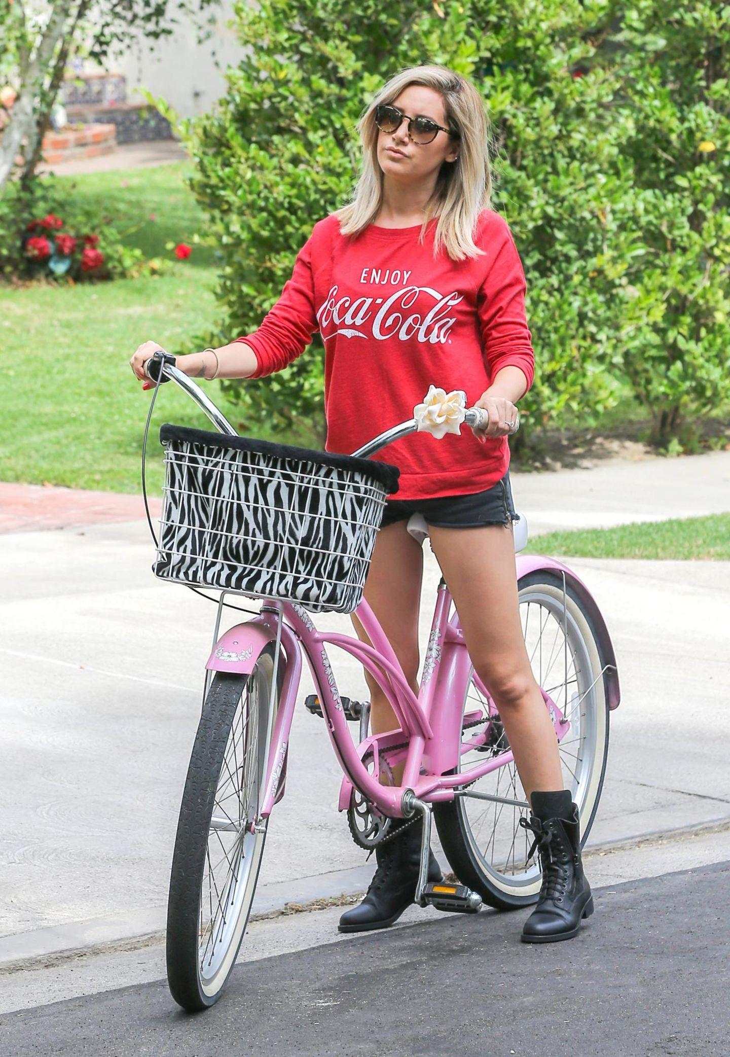 """""""High School Musical""""-Star Ashley Tisdale dreht mit ihrem Fahrrad eine Runde durch ihre Nachbarschaft."""
