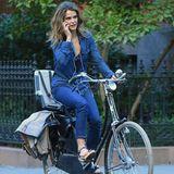 Keri Russell nimmt einen Anruf auf ihrem Handy entgegen, obwohl sie gerade ihr Rad durch Brooklyn lenken muss.
