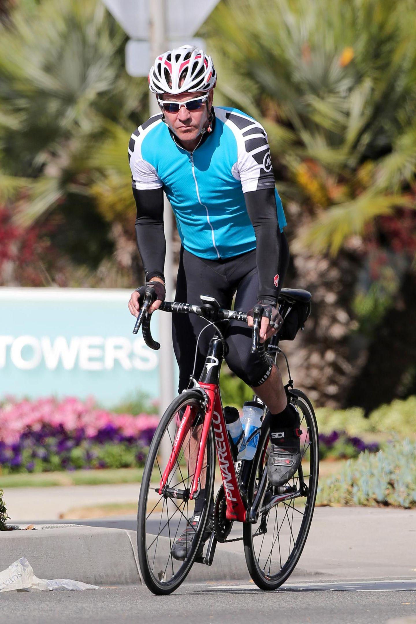 Dennis Quaid sieht in seinem Outfit aus, wie ein professioneller Rennradfahrer.
