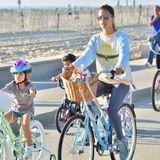 Alessandra Ambrosio nutzt das schöne Wetter in Santa Monica und macht eine Fahrradtour mit ihrer Familie und ihren Freunden.