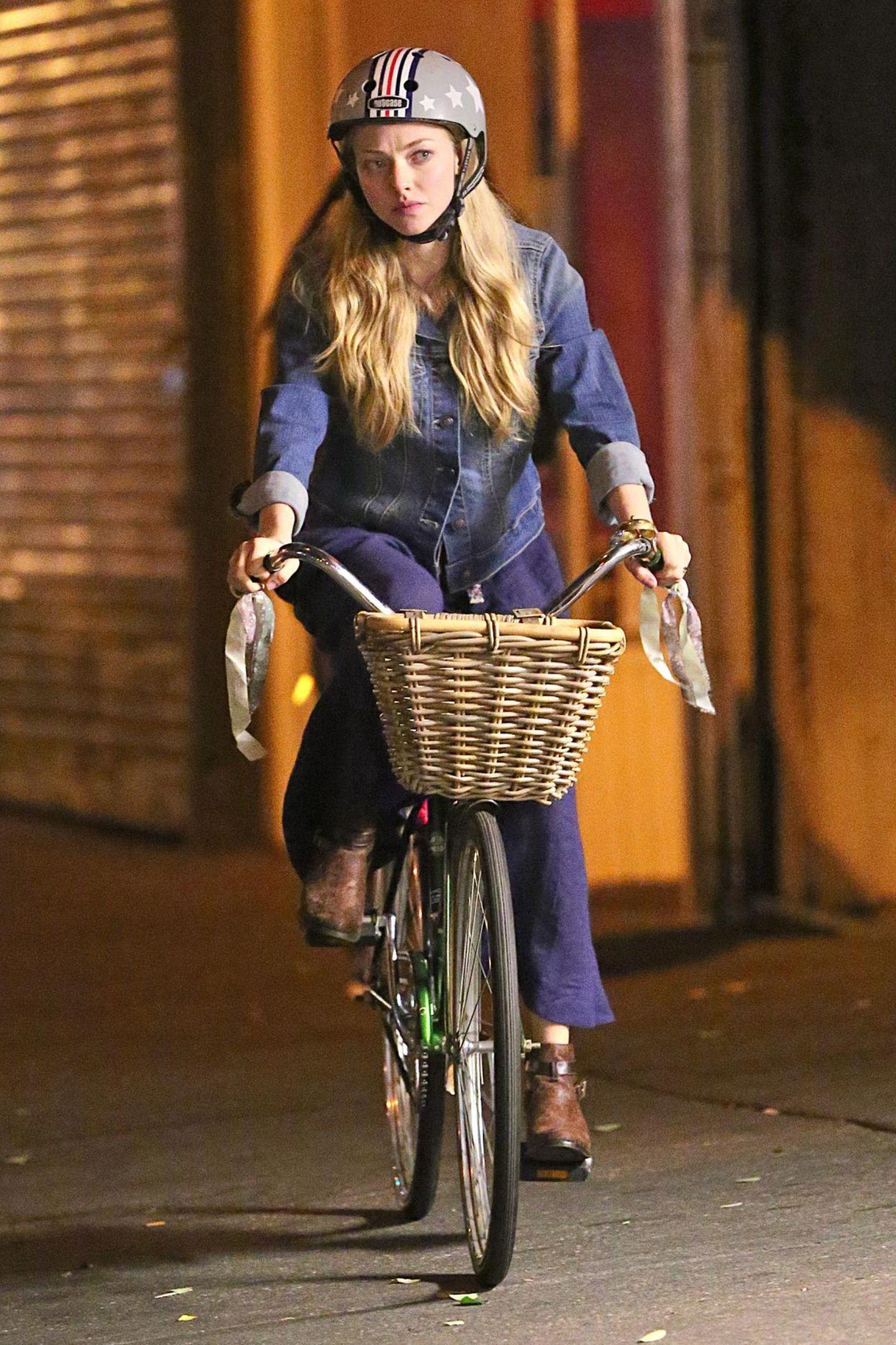 """In einer Szene zu """"While We're Young"""" ist Amanda Seyfried als vorbildliche Radfahrerin mit Helm unterwegs."""
