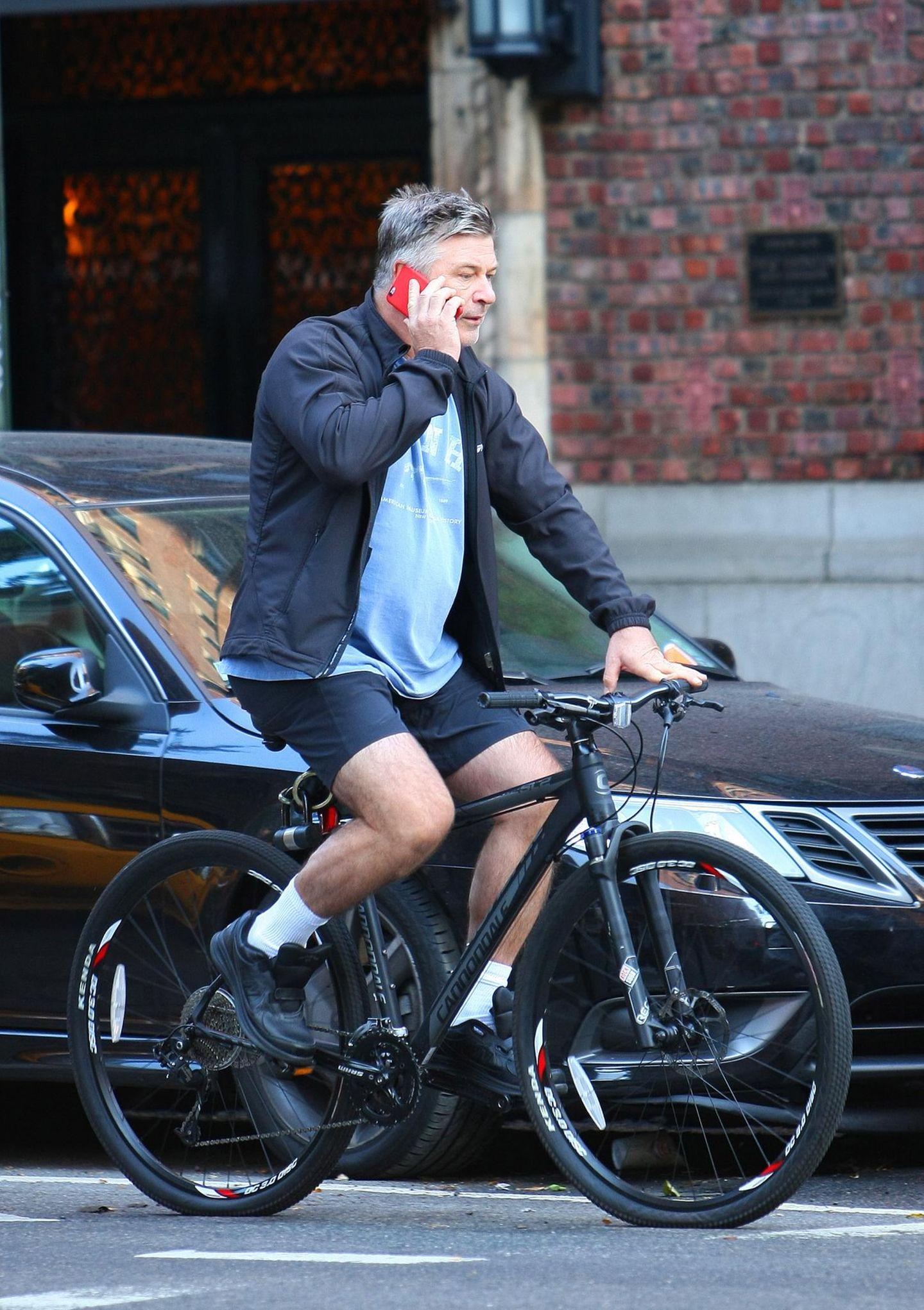 Ganz schön riskant: Alec Baldwin telefoniert während er Fahrrad durch New Yorks Strassen fährt.