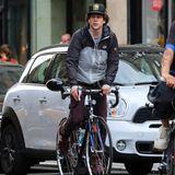 Jesse Eisenberg düst mit seinem Rennrad durch New York City. Dabei hört der Schauspieler Musik.