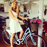 Svenja Holtmann bekommt zum Geburtstag ein Fahrrad geschenkt.