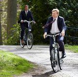 """König Willem-Alexander nimmt auf dem """"Landgut De Horsten"""" in Wassenaar an der Einweihung eines Bienenstocks teil und nutzt das schöne Wetter auch gleich für eine kleine Fahrradtour."""