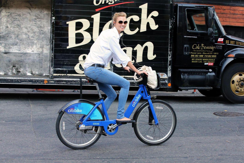 Das Model Karlie Kloss radelt in Manhattan fröhlich auf dem Weg zum Sport.