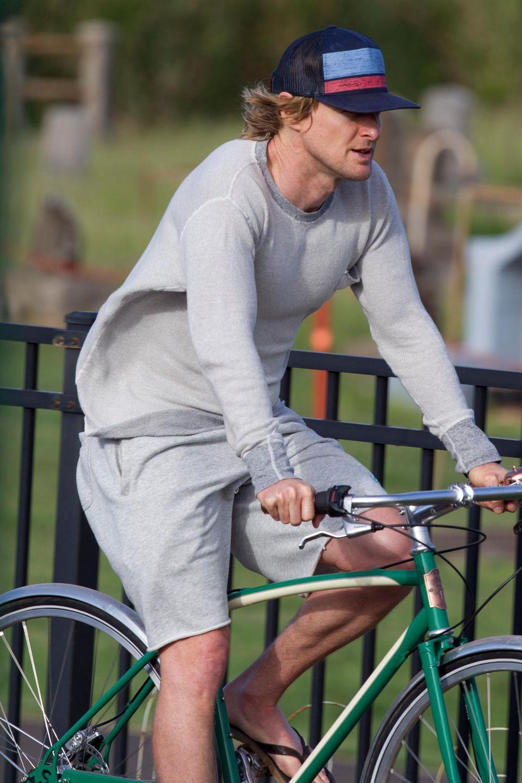 Im lockerem Sonntagsoutfit radelt Owen Wilson durch die Straßen von Hawaii.