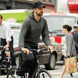 Jason Sudeikis fährt mit dem Fahrrad in New York von der falschen Seite in eine Einbahnstraße.