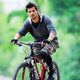 """Bei Taylor Lautner kommt das Fahrrad als Fitnessgerät bei den Dreharbeiten zu """"Tracers"""" zum Einsatz."""
