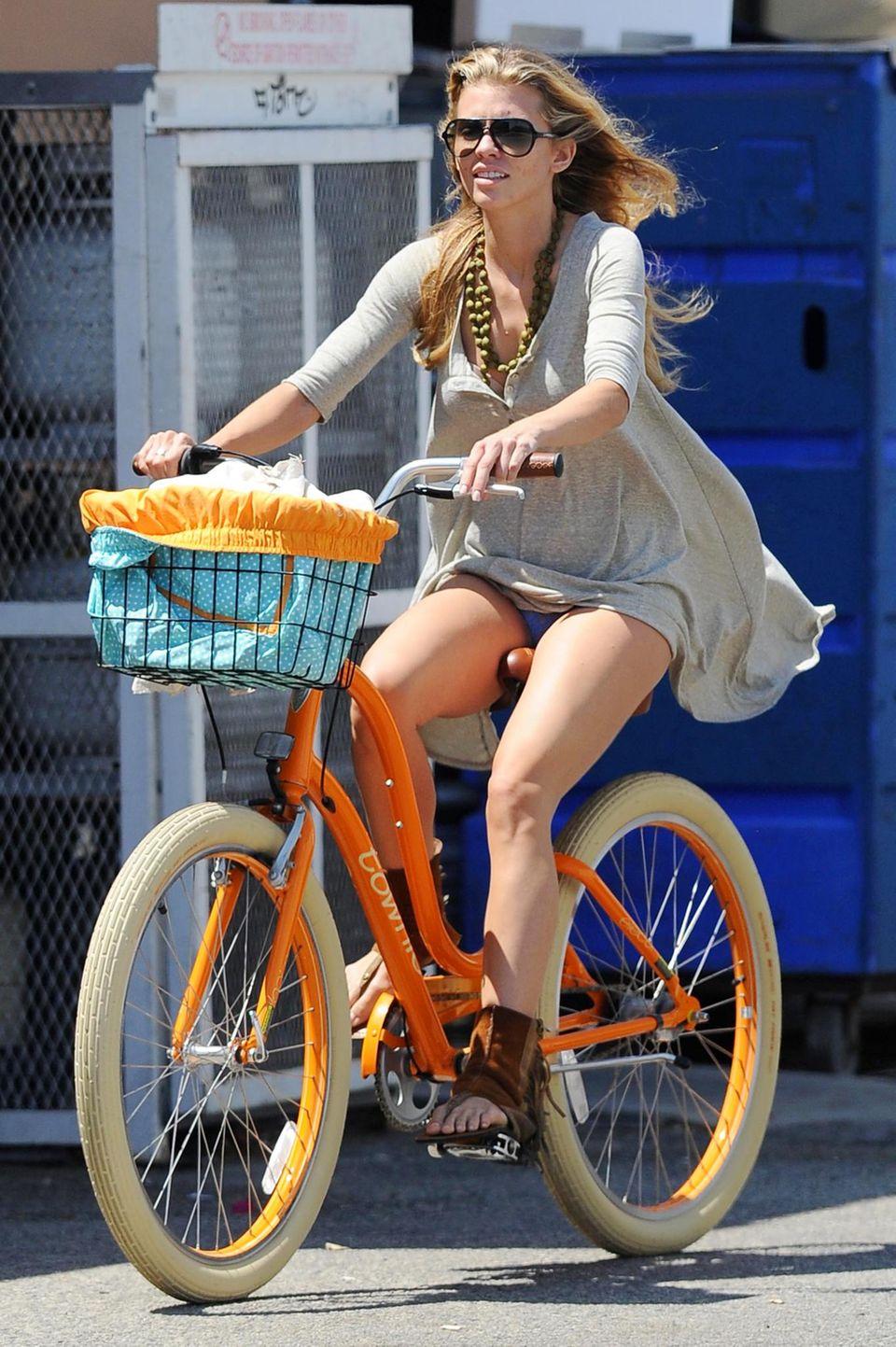 Bei AnnaLynne McCord wird das bunte Fahrrad zum modischen Accessoire.