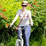 Anne Hathaway radelt im Urlaub auf Hawaii eine Runde über die Insel.