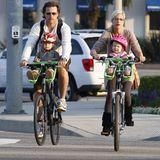 16. August 2009: Tori Spelling und Dean McDermott nutzen den Sonntag um mit ihren Kids umweltfreundlich auszufahren.