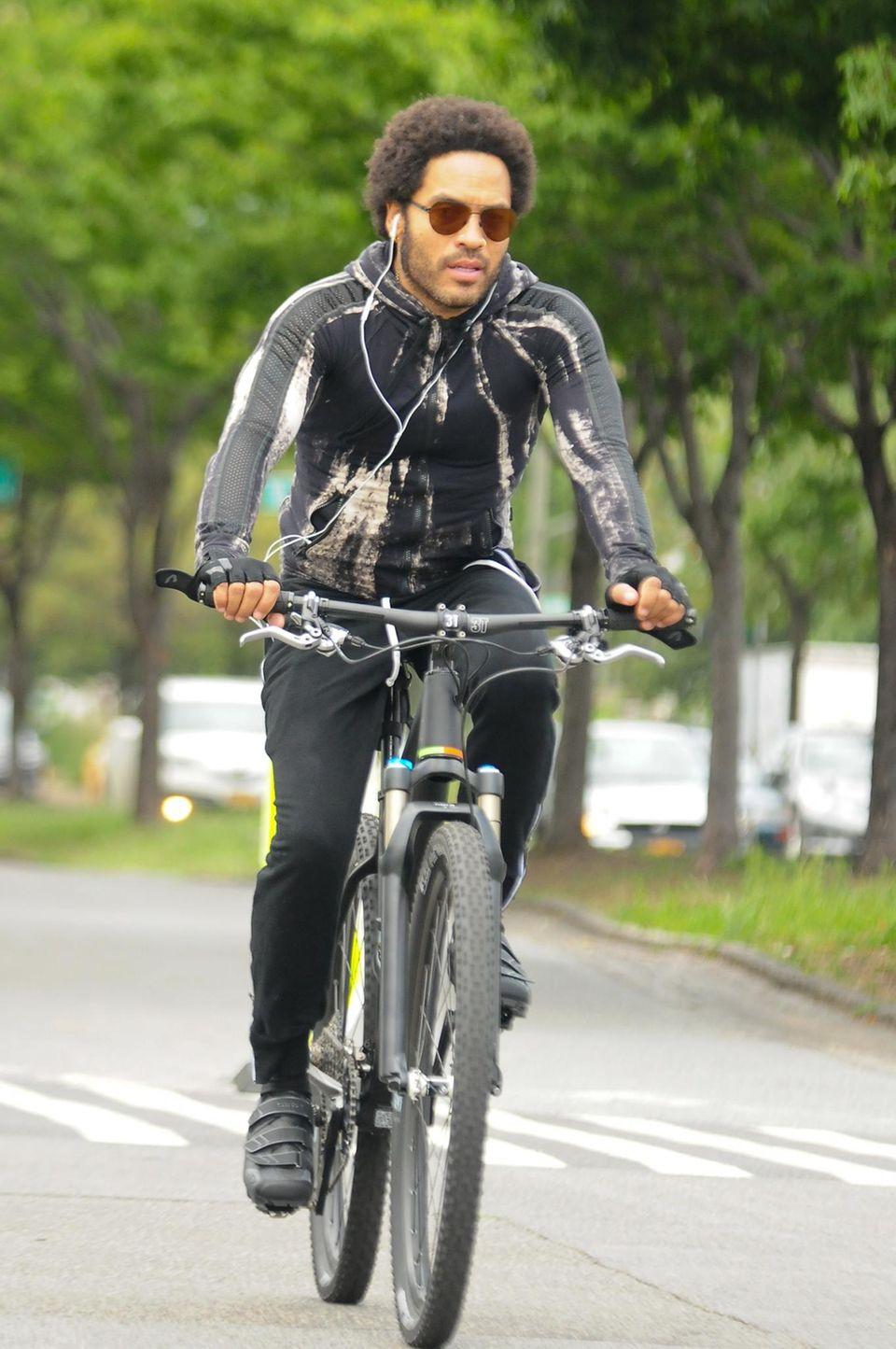 Lenny Kravitz ist sportlich auf seinem Rad in Manhattan unterwegs.