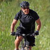 Ben Stiller strampelt sich auf Hawaii beim Radfahren ab.