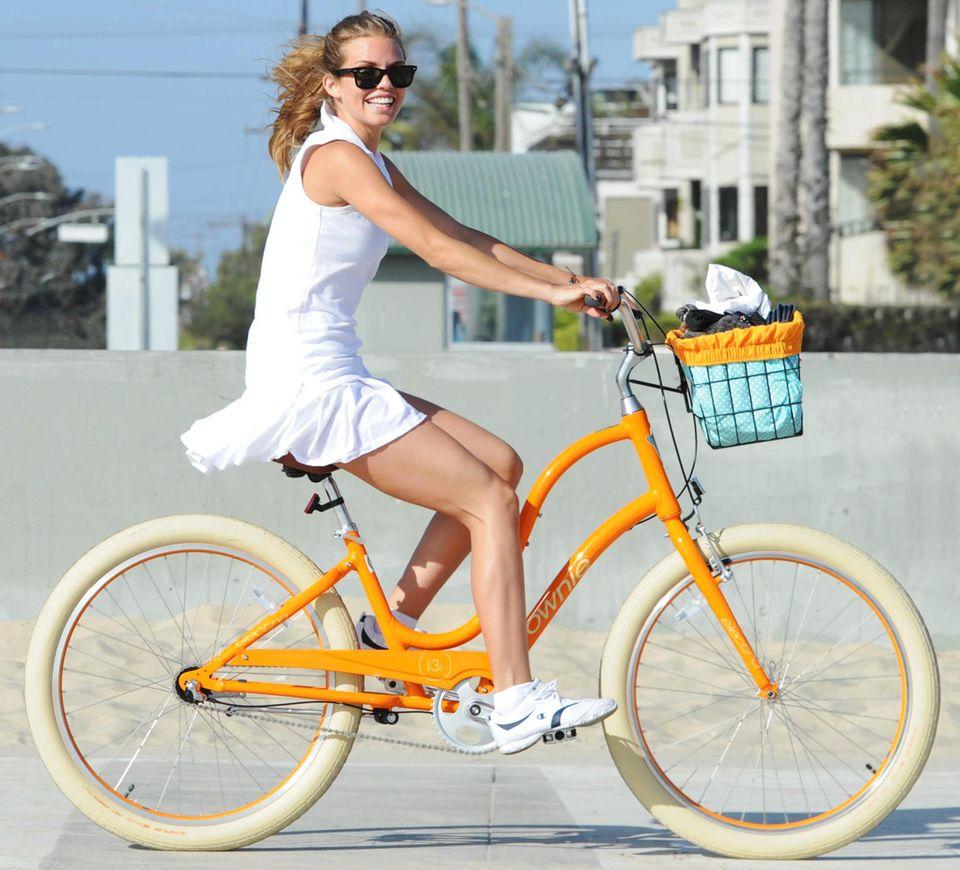 AnnaLynne McCord strahlt bei ihrem Ausflug in Santa Monica genauso schön wie die Farbe ihres Fahrrads.