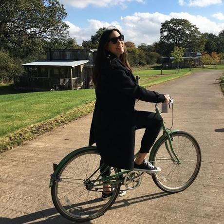 Toller Start in den Tag: Liv Tyler genießt den herbstlichen Tag und fährt Fahrrad durch Soho Farmhouse in England.