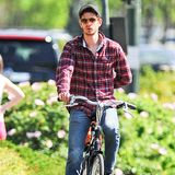 Andrew Garfield radelt den West Side Highway in New York entlang.