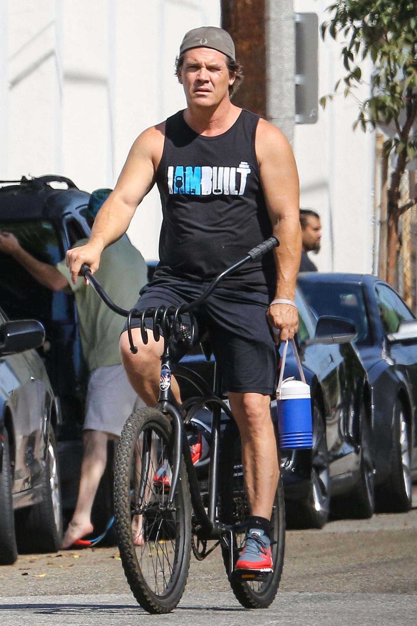 Josh Brolin fährt ganz leger mit dem Rad zum Sport - da darf der Getränkekühler nicht fehlen.