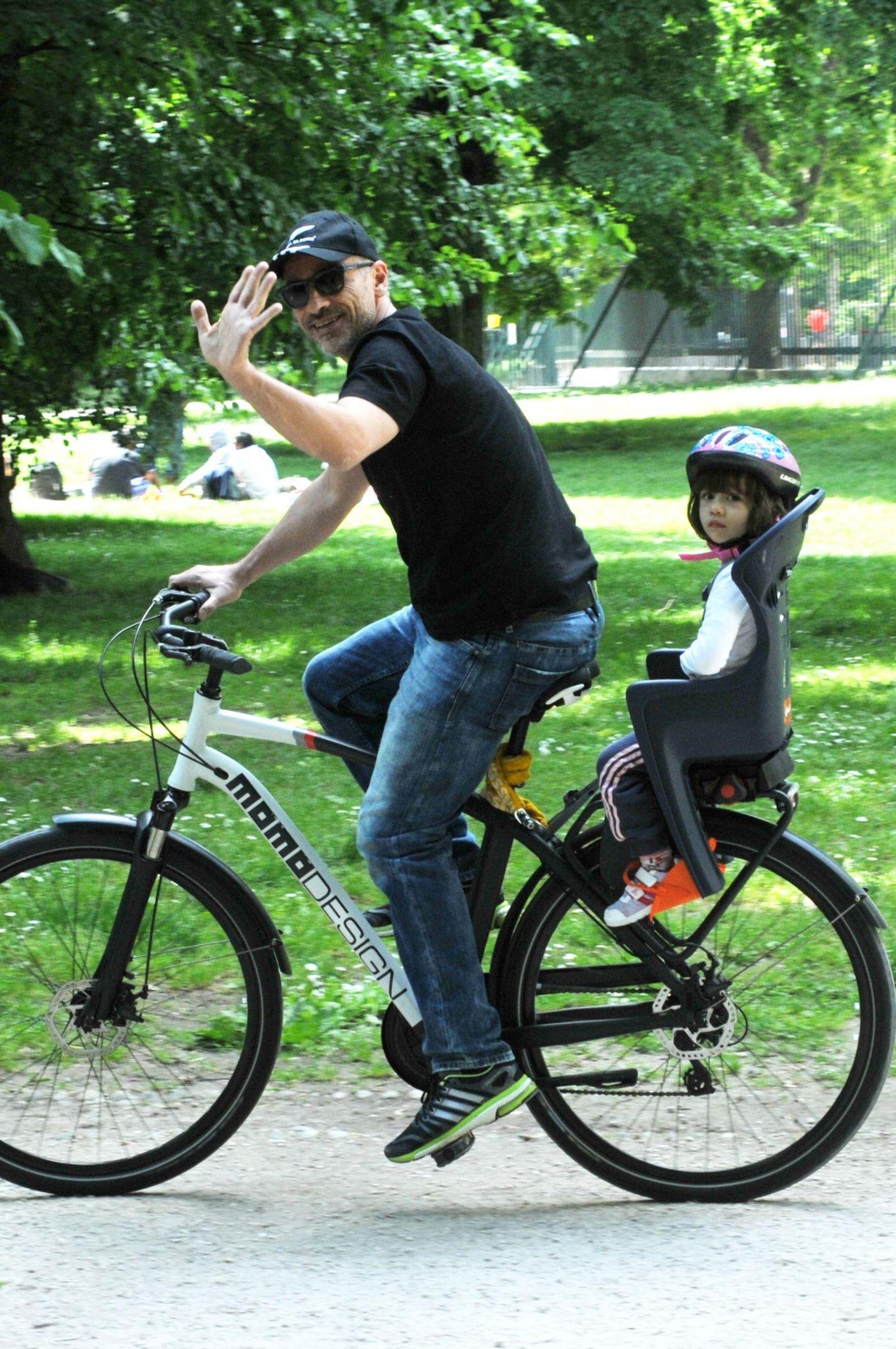 Eros Ramazzotti radelt mit seiner Tochter Raffaella Maria durchs Grüne.
