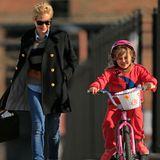 13. März 2013: Matilda Ledger übt im Beisein von Mama Michelle Williams das Fahrradfahren in Brooklyn.