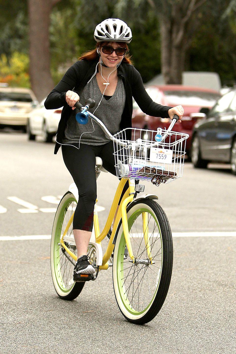 Alyson Hannigan radelt durch ihre Nachbarschaft in Los Angeles.