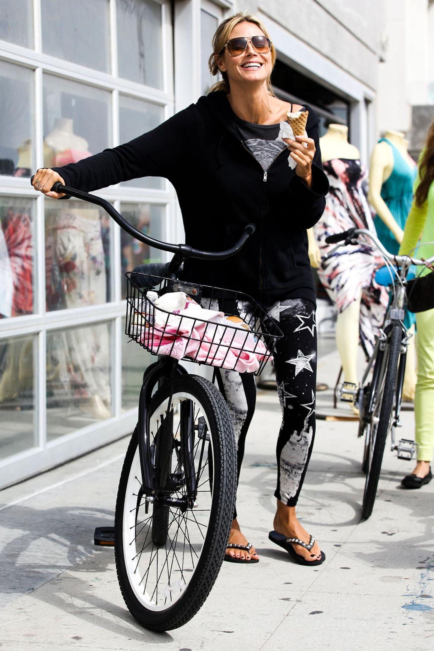 Für ein Eis unterbricht Heidi Klum ihre Fahrradtour mit den Kindern in Santa Monica.