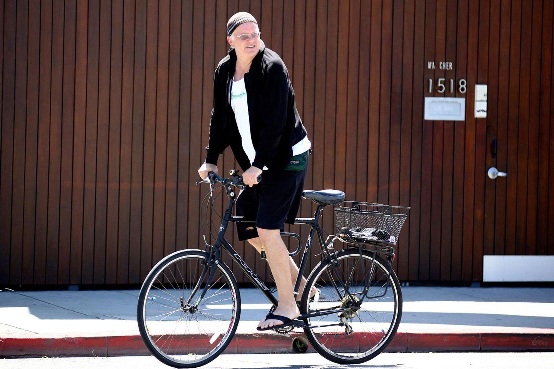 Tim Robbins ist mit seinem Drahtesel in Venice Beach unterwegs.