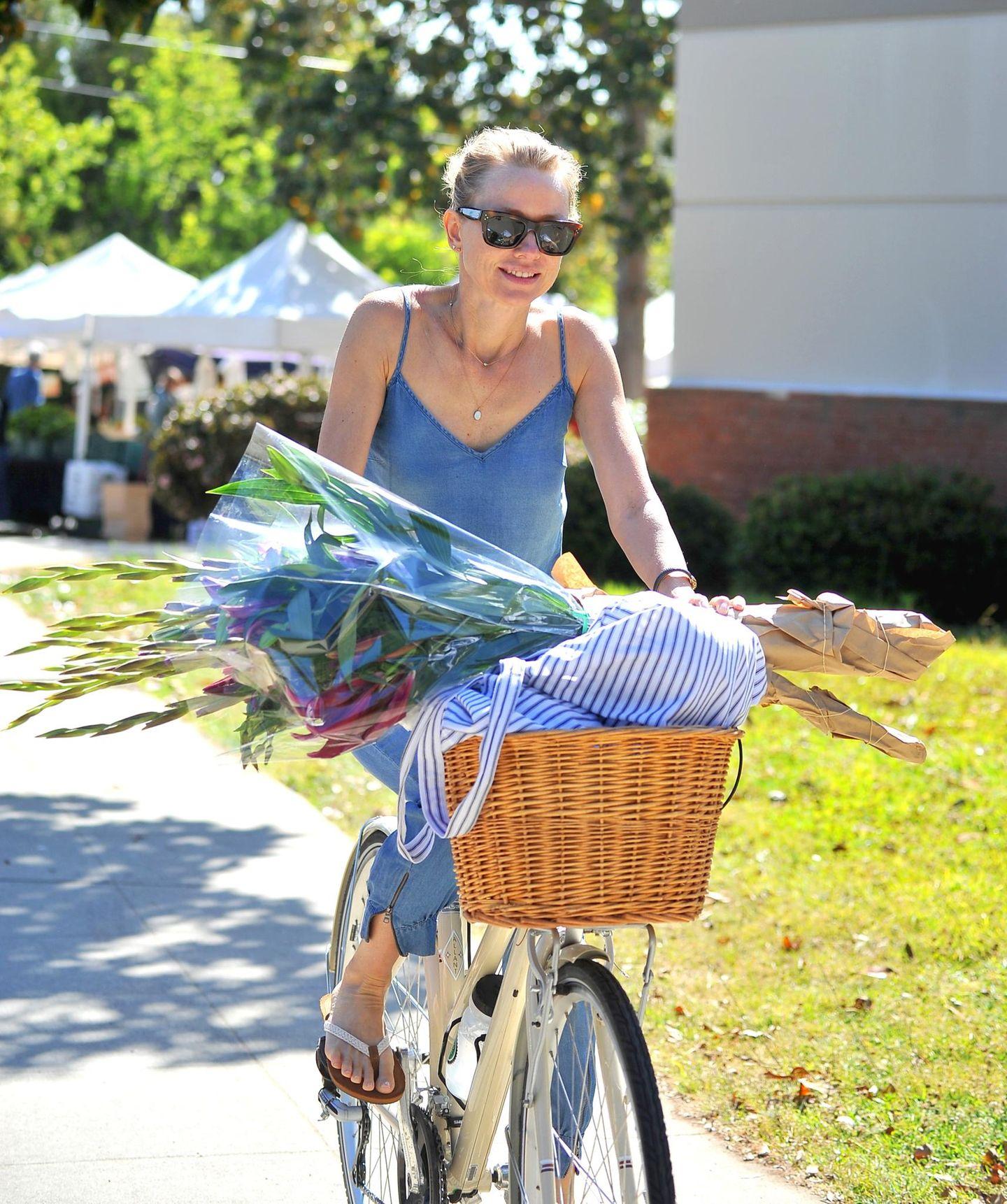 Nachdem Naomi Watts auf dem Wochenmarkt in Brentwood eingekauft hat, radelt die Schauspielerin nach Hause.