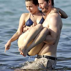 Keanu Reeves trägst seine China Chow auf Händen durch das kühle Nass