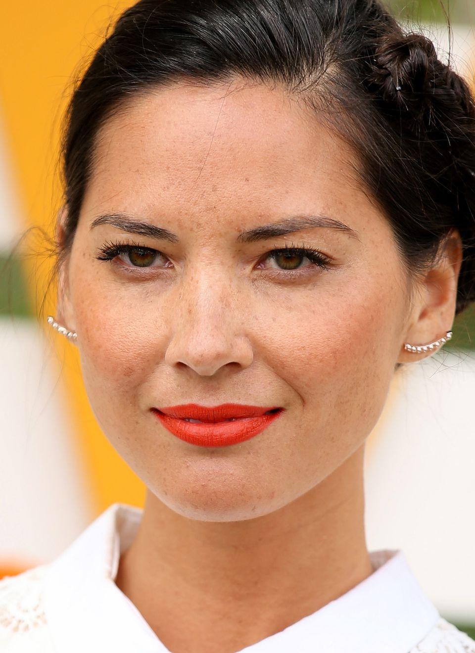 Olivia Munn hat nicht nur strahlend grün-braune Augen, auch die Sommersprossen im ganzen Gesicht machen sie zu einer sehr besonderen Schönheit.