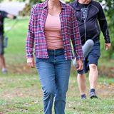"""Charlize Theron steht zur Zeit für Dreharbeiten zu dem Film """"Tully"""" vor der Kamera. Dabei fällt auf, dass die Schauspielerin deutlich mehr auf den Rippen hat. Ganze 15 Kilo hat sie für ihre Rolle einer alleinerziehenden Mutter zugenommen."""