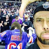 """Josh Duhamel feuert seine Mannschaft, die """"Los Angeles Kings"""" an, und zeigt den Fans der """"New York Rangers"""" seine Antipathie."""