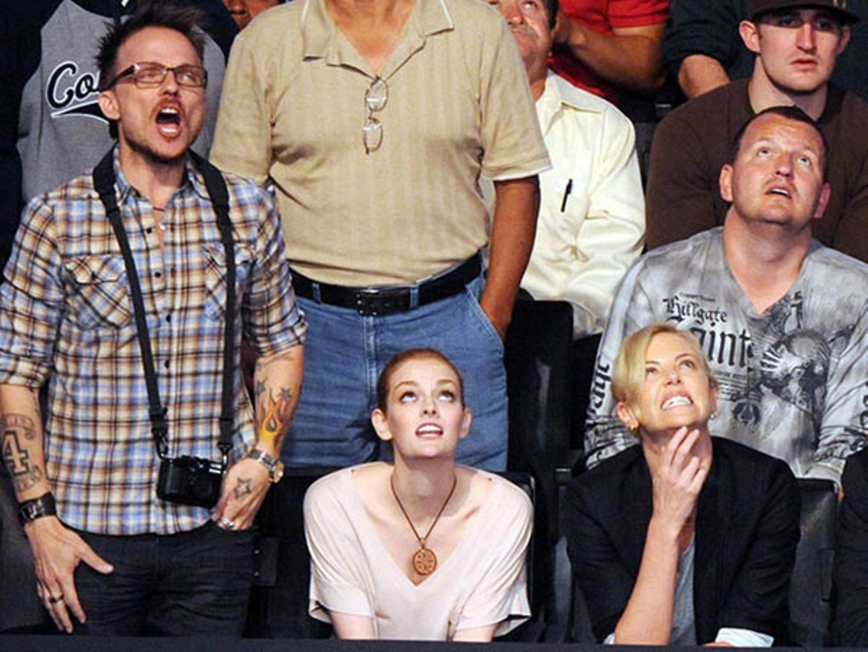 22. Mai 2010: Das tat weh: Charlize Theron besucht mit Freundne zusammen den Boxkampf von Rafael Marquez vs. Israel Vazquez.
