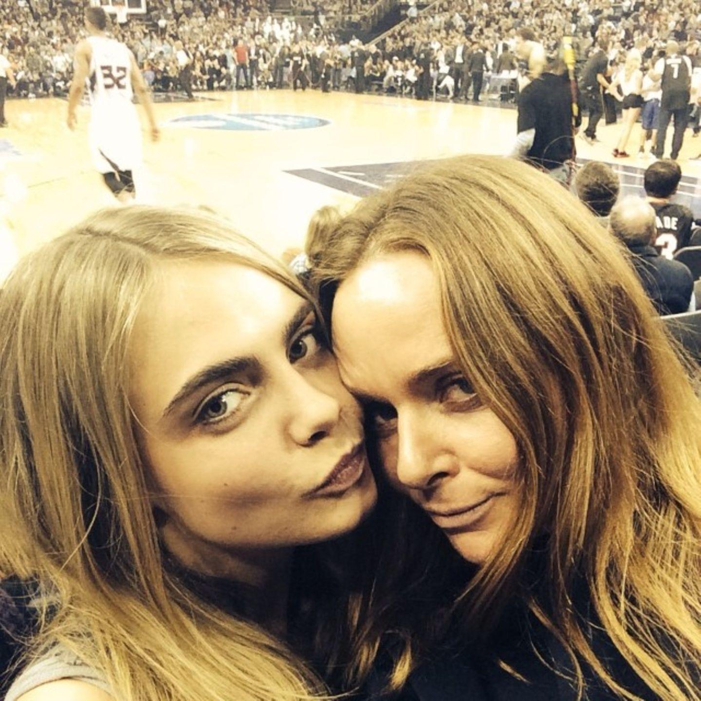 Model Cara Delevingne und Designerin Stella McCartney verfolgen gemeinsam ein Spiel der Brooklyn Nets.