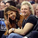 """Die """"Aerosmith""""-Urgesteine Steven Tyler und Tom Hamilton gefällt es in der ersten Reihe der Partie """"Boston Celtics"""" gagen """"Cleve"""