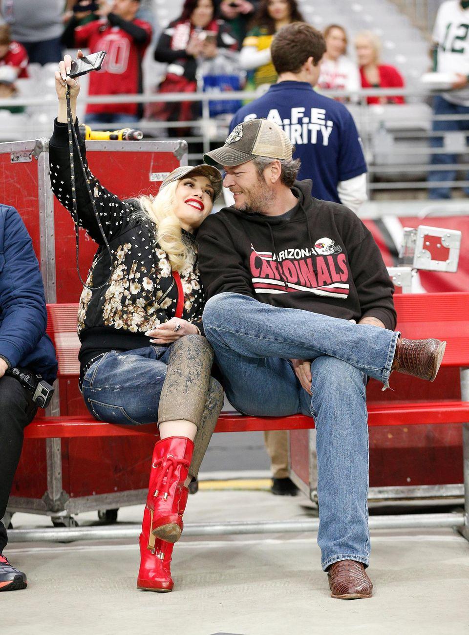Gwen Stefani und Blake Shelton schauen sich das NFL Footballspiel der Arizona Cardinals gegen die Green Bay Packers an. Das wird natürlich mit einem Selfie festgehalten.