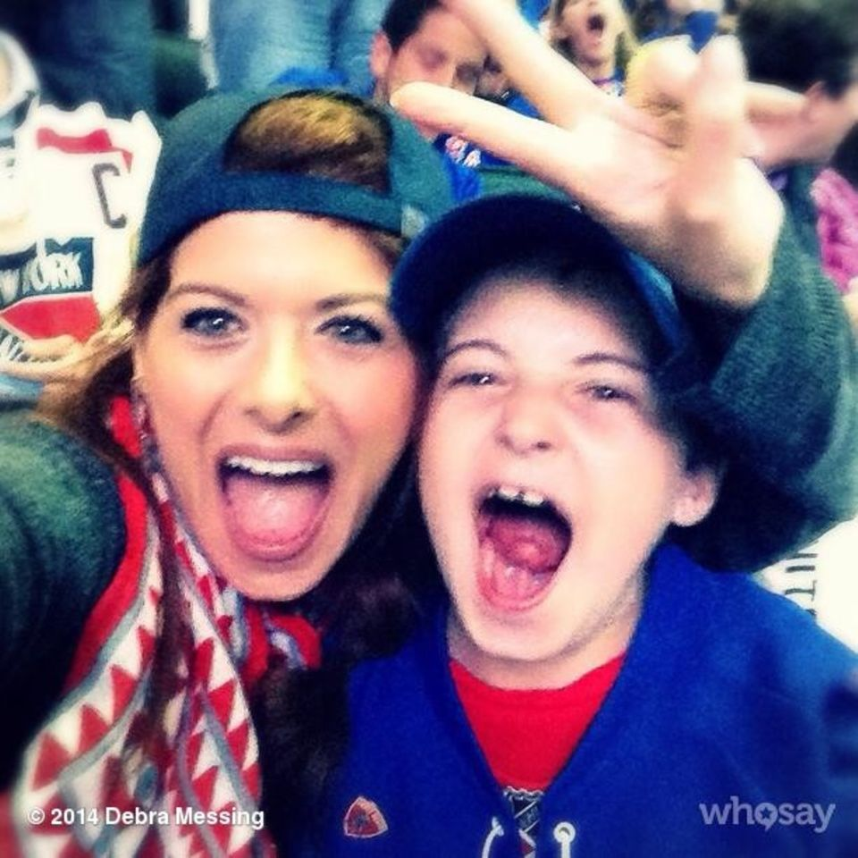 Debra Messing und ihr Sohn Roman feuern die New York Rangers an.
