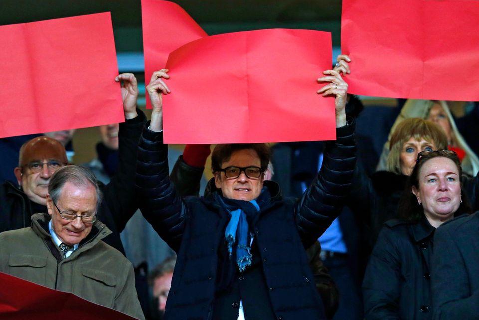 Colin Firth jubelt beim Champions-League-Spiel im Emirates Stadium in London als Bayern München gegen Arsenal spielt.