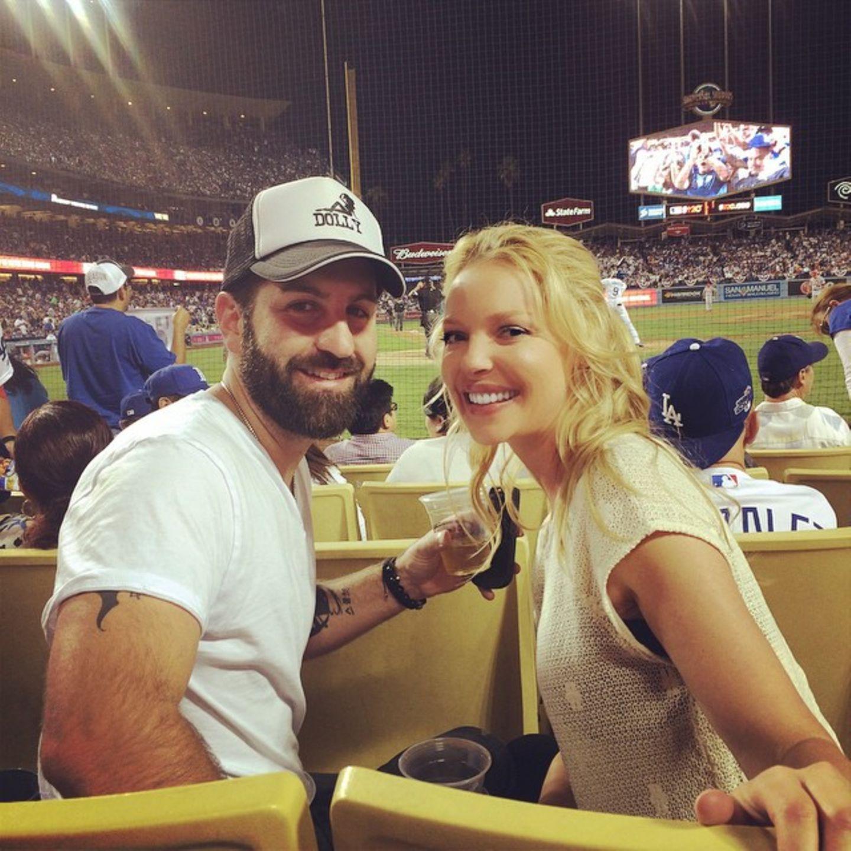 Catherine Heigl und ihr Mann Josh Kelley freuen sich wie kleine Kinder darüber im Stadium die Dodgers anzufeuern.