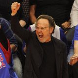 "Billy Crystal feiert den Sieg der Basketball-Mannschaft ""Clippers"" in Los Angeles."