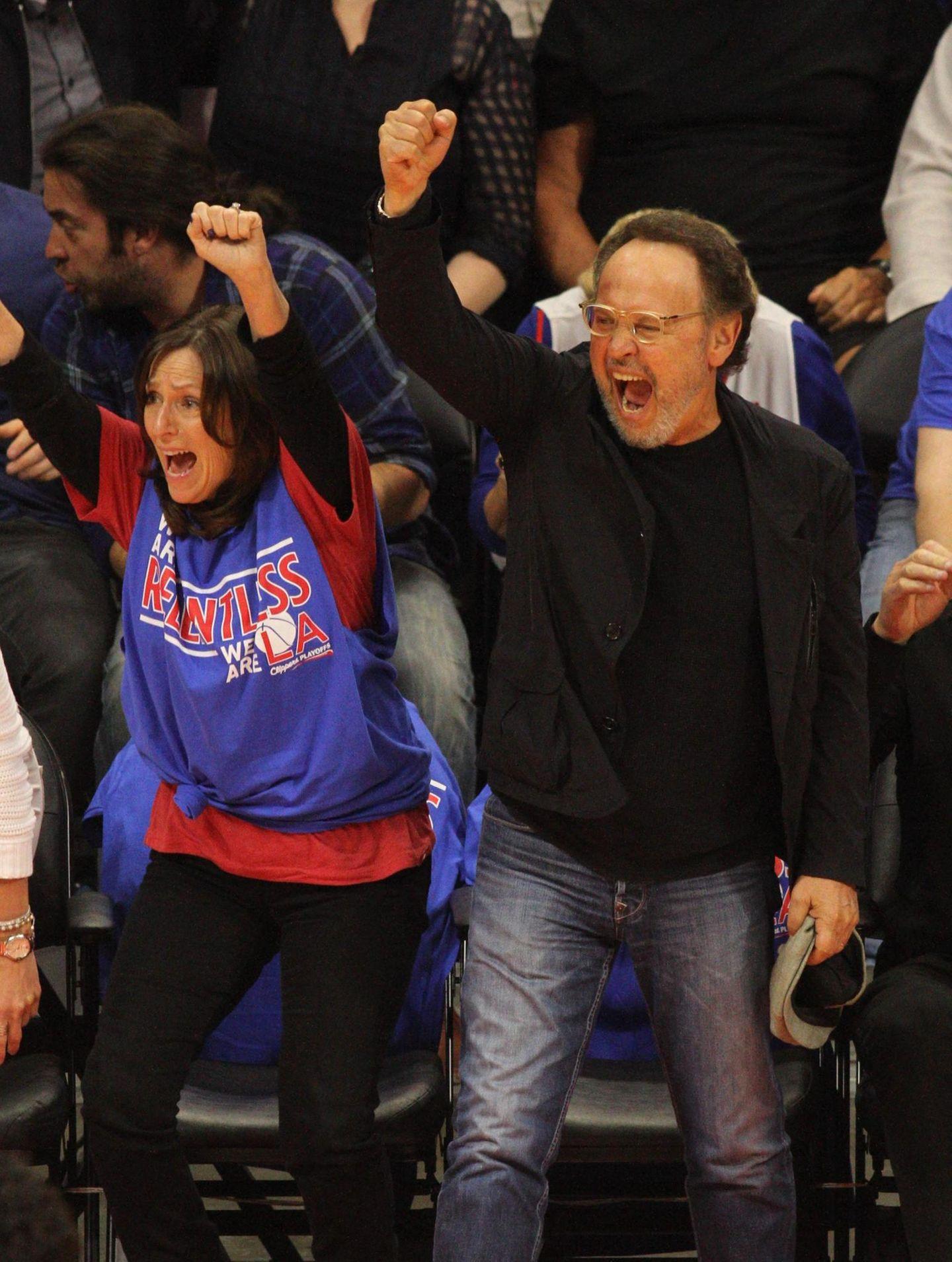"""Billy Crystal feiert den Sieg der Basketball-Mannschaft """"Clippers"""" in Los Angeles."""