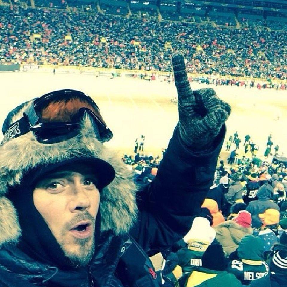 Im Skioutfit zum Footballspiel: Beim Spiel Green Bay Packers gegen San Francisco 49ers muss sich Josh Duhamel warm anziehen, in Wisconsin herrschen zur Zeit tagsüber etwa -10 Grad Celsius.