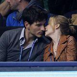 Das Tennisspiel in der O2 Arena in London wird für Kylie Minogue und Freund Andres Velencoso zur Nebensache. Verliebt küssen sic