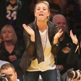 Beim Spiel der Lakers gegen die Sacramento Kings fiebert Schauspielerin Kaley Cuoco so intensiv mit, dass ihr ein wenig die Gesichtszüge entgleisen.