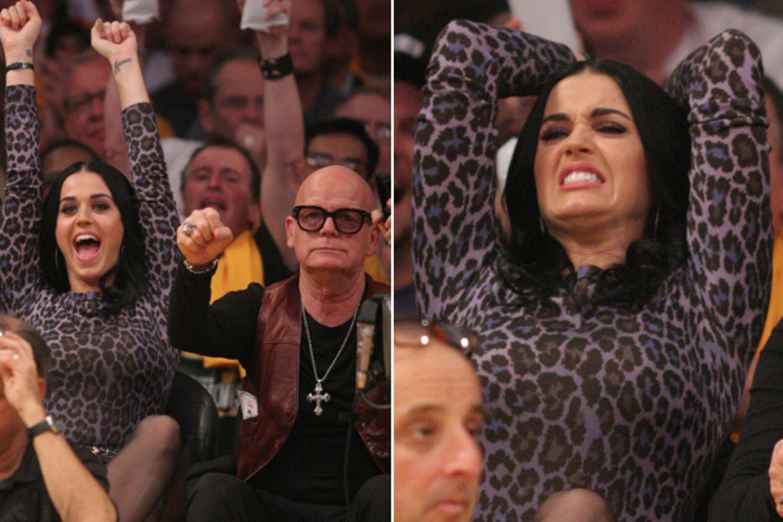 Katy Perry und ihr Vater Keith Hudson fiebern beim Spiel der Lakers gegen die Dallas Mavericks im Staples Center in Los Angeles