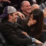 """Nachdem die """"Kiss-Cam"""" sie erwischt hat, haben Ashton Kutcher und Mila Kunis beim Lakers-Spiel in Los Angeles sichtlich Spaß."""